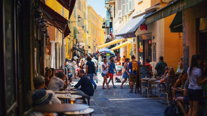 Une terasse de la ville de Nice, en France.