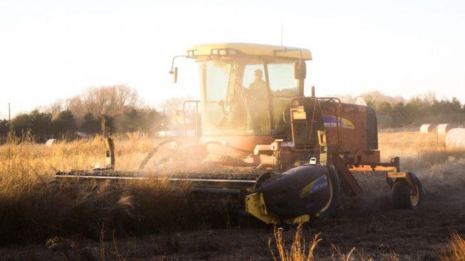 Un argiiculteur sur son tracteur dans son exploitation à Lincoln, Etats Unis.