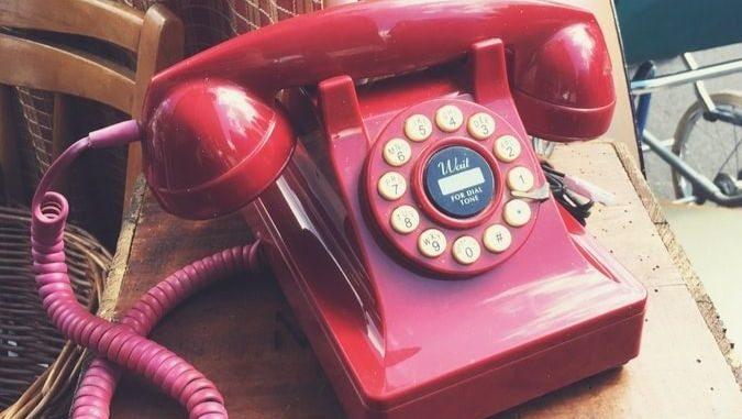 Un téléphone fixe rose.
