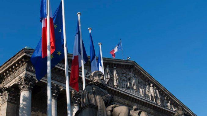 Palais Bourbon - La colonnade (fronton), drapeaux et la statue de Sully. (Photo : Assemblée nationale).