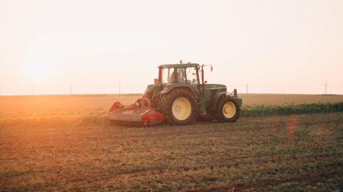 Un tracteur dans une exploitation.
