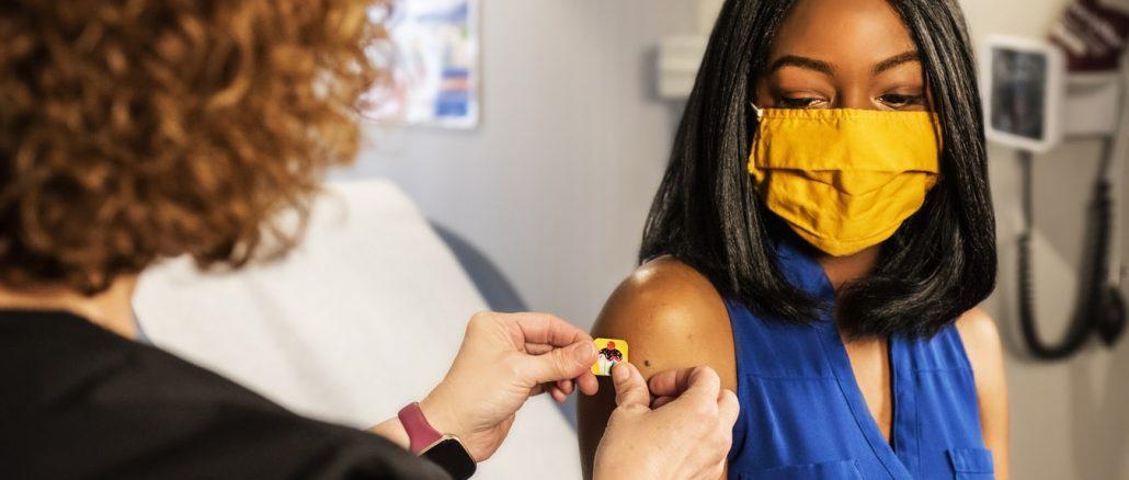 Une pattiente en train de se faire vacciner dans une clinique. (Photo Unsplash)