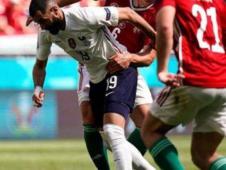 Karim Benzema encerclé par deux joueurs hongrois.