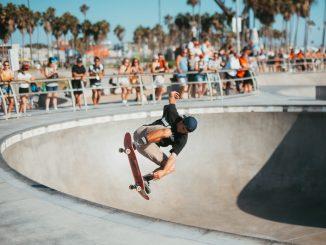 Un skateur en figure libre sur un parkour