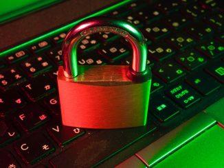 Un clavier allumé et un cadenas posé dessus.